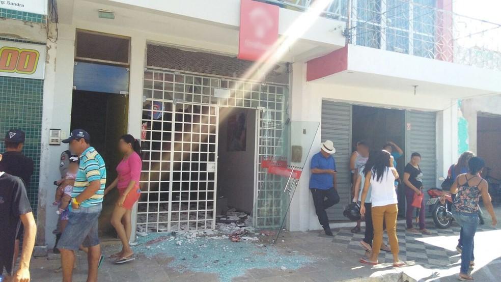 Bandidos explodem agência bancária no Sertão da Paraíba (Foto: Rafaela Gomes/TV Paraíba)