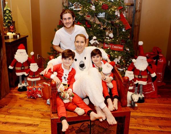 A cantora Celine Dion com os gêmeos de seis anos e o filho mais velho (Foto: Instagram)