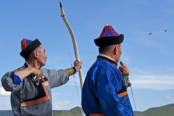 O arco e flecha é uma atividade ancestral para os mongóis e diferentes competições masculinas e femininas acontecem durante o Naadam (Foto:  Haroldo Castro)
