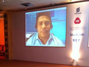 Ronaldo falou com os participantes via internet (Foto: Darlan Alvarenga/G1)