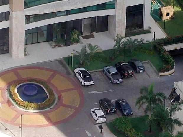 Polícia Federal cumpre mandado da operação Lava Jato em prédio de luxo na Bahia (Foto: Reprodução/TV Bahia)