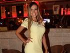 Andressa Urach vai a restaurante com vestido curtinho