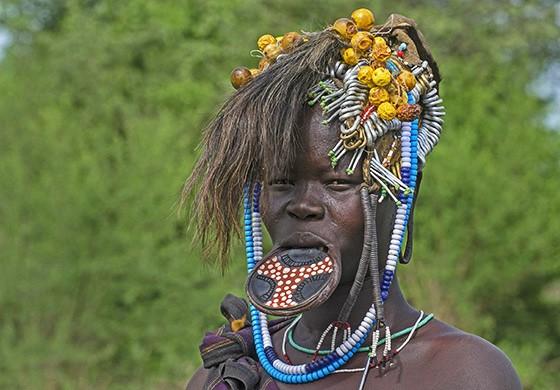 Além do disco labial, essa mulher mursi usa inúmeros ornamentos sobre sua cabeça  (Foto: © Haroldo Castro/ÉPOCA)