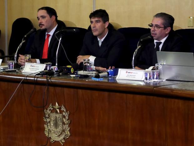 Os promotores Fernando Henrique de Moraes Araújo (esquerda), Cessio Roberto Conserino (centro) e José Carlos Blat participam de uma coletiva de imprensa no Ministério Público de São Paulo