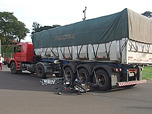 Acidente entre moto e caminhão causa morte em Matão (Foto: Divulgação/Maury Júnior)