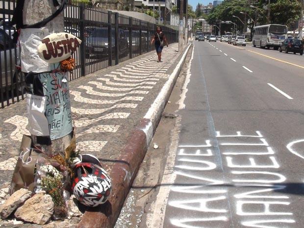 Poste de iluminação onde ocorreu acidente foi decorado (Foto: Ruan Melo/G1)