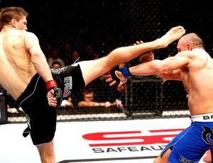 Tom Watson chuta Stanislav Nedkov na luta do UFC (Foto: Getty Images)