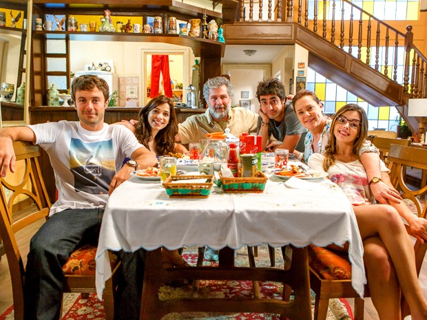 Família Pereira vai passar por poucas e boas em Alto Astral (Foto: Arthur Meninea/ TV Globo)