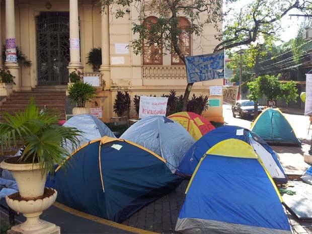 Manifestantes estão acampados desde o dia 25 de junho em frente à Prefeitura de Ribeirão (Foto: Leandro Mata/G1)