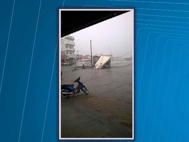 Vendaval e chuva de granizo levantou toldo e derrubou poste no sul da Bahia (Foto: Reprodução/TV Santa Cruz)