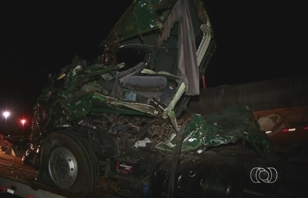 Carreta fica destruída após acidente na BR-153, em Goiás (Foto: Reprodução/ TV Anhanguera)