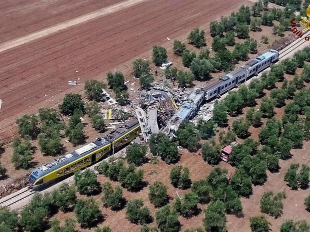 Trens colidiram frontalmente na manhã desta terça-feira (12) no Sul da Itália (Foto: Italian Firefighter Press Office/ AP)