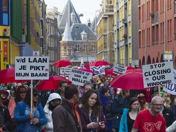 Mascaradas, prostitutas de Amsterdã protestam contra fechamento de vitrines de bordéis (Foto: AP Photo/Peter Dejong)