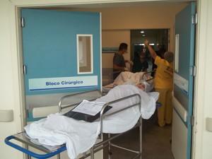 Filas se formam com pacientes na entrada do bloco cirúrgico (Foto: Rafael Melo/G1)