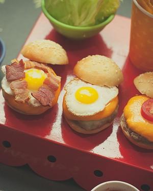 A finalização do mini-hambúrguer de Vivi Barros também fica a cargo dos chefs mirins: cada um monta o sanduíche como preferir. Bandeja D. Filipa, bowls Utilplast, copo Parangolé (Foto:  Tati Abreu/Editora Globo)