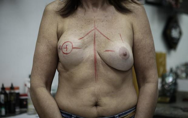 Linhas servem de guia e indicam onde será feita a tatuagem (Foto: Caio Kenji/G1)