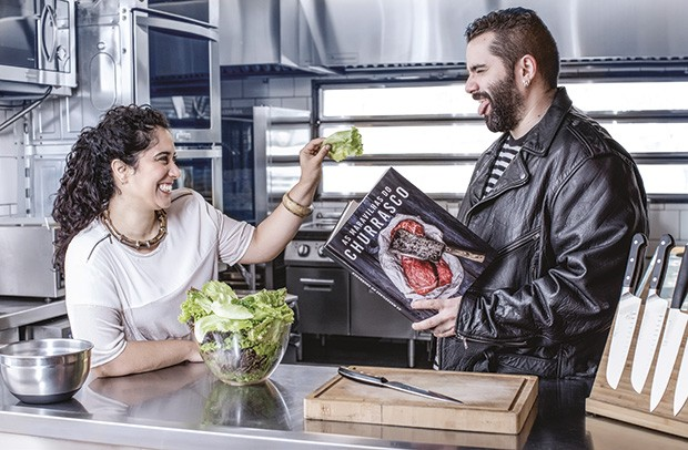 A vegana Luiza Ferreira Sobrinho e o carnívoro Samir Xavier Silva. Ela usa blusa Alcaçuz. Colar e pulseira Cine 732. Ele usa Minha Avó Tinha (Foto: Deco Cury)