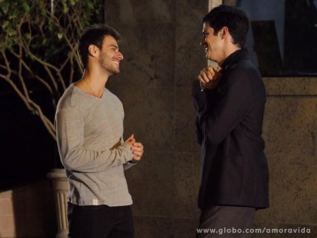 Anjinho e Félix conversam sem saber que estão sendo fotografados (Foto: Amor à Vida / TV Globo)