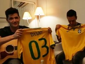 Integrantes mostraram camisetas da selecão brasileira com seus nomes (Foto: Gshow)