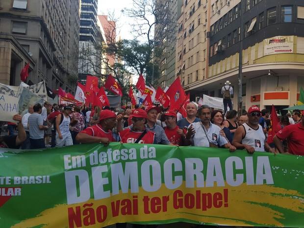 Grupo percorreu ruas centrais de Porto Alegre. (Foto: Joyce Heurich/G1)