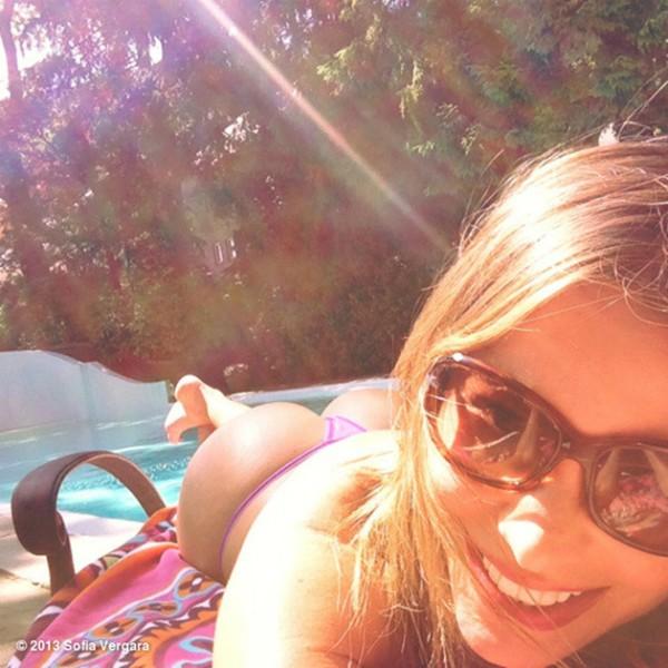 E essa selfie da estrela de Modern Family pegando um bronzeado na beira da piscina? (Foto: Reprodução)