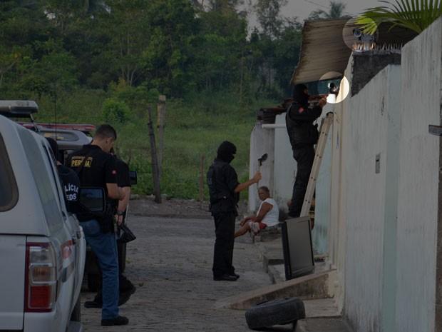 Polícia encontra câmera de vigilância em casa de suspeito de tráfico de drogas em João Pessoa (Foto: Walter Paparazzo/G1)