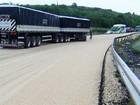 Caminhão derruba 30 t de soja e interdita rodovia que liga PR e MS