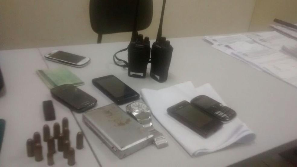 Munições, rádio comunicadores e uma balança de precisão foram apreendidos com o suspeito (Foto: Divulgação/Deicor )