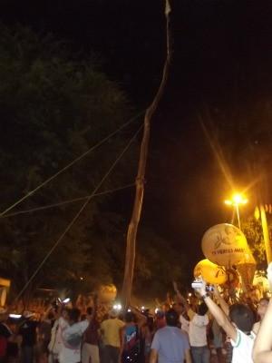 Pau da Bandeira foi levantado após 12h de carregamento em Barbalha (Foto: Clodoaldo Amaro/ Dégagé)