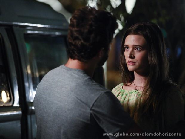 William não deixa Lili encontrar com André e diz que eles estão sendo seguidos (Foto: Ellen Soares/TV Globo)