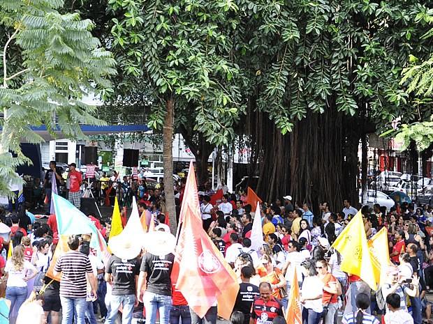 Professores se reuniram na tarde desta terça-feira (13), na Praça Alencastro (Foto: Stephanie Freitas/G1)