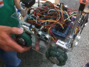 Robô criado por alunos do Ensino Médio é capaz de realizar resgates (Foto: Orlando Duarte Neto/G1)