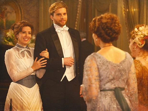 Edgar e Laura estão radiantes com o casamento (Foto: Lado a Lado / TV Globo)