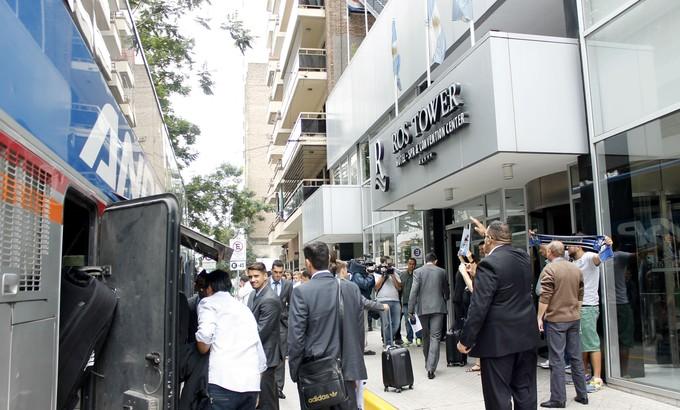 Chegada do Grêmio ao hotel da delegação em Rosário (Foto: Diego Guichard)