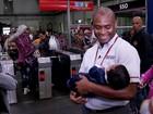 Funcionário de estação de trem de São Paulo salva bebê que sufocava
