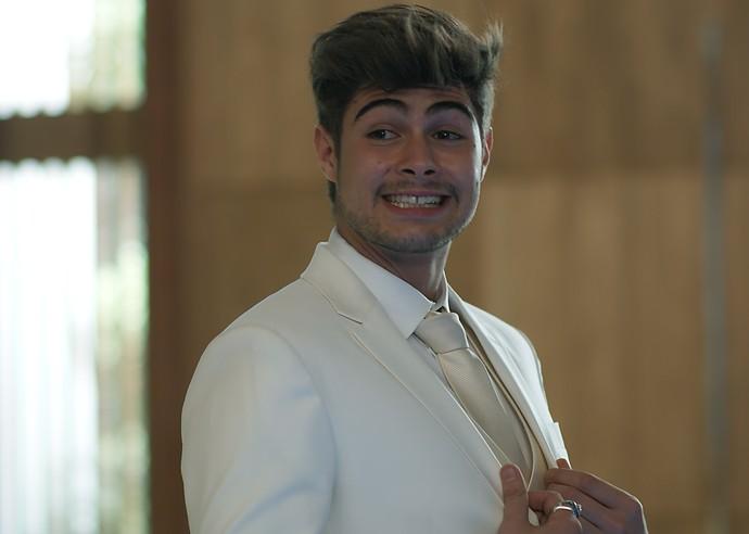 Léo Régis mostra o terno que usará no casamento (Foto: TV Globo)