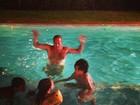 Diretor Jayme Monjardim comemora ano novo dentro da piscina