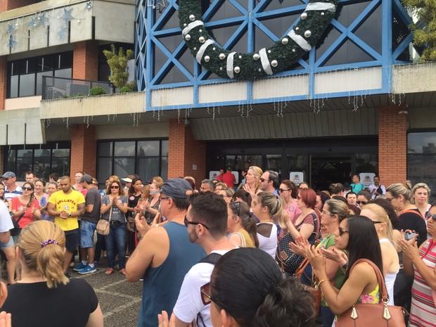 Cerca de 500 servidores estão concentrados em frente à prefeitura (Foto: Kleber Pizzamiglio)