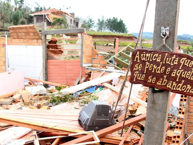 Após estragos provocados pelo mau tempo, moradores de Francisco Beltrão (PR) começam a voltar para as áreas atingidas (Foto: PMFB / Divulgação)