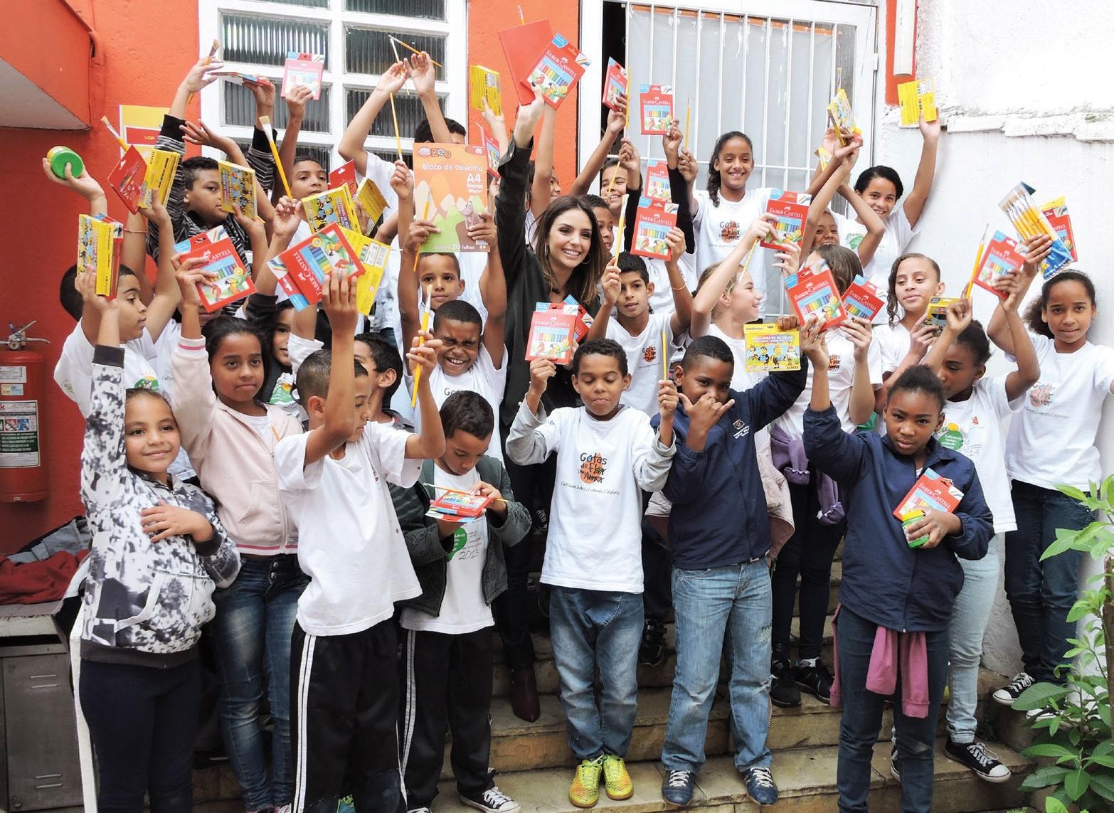 Caroline em dia de entrega de material escolar na ONG Gotas de Flor com Amor, que oferece aulas de informática, artes e esportes (Foto: Carolina Vianna)
