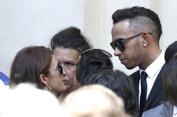 Lewis Hamilton consola Christine Bianchi, mãe de Jules Bianchi (Foto: Reuters)