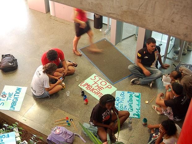 Cartazes foram confeccionados para o protesto no prédio da reitoria da Ufes (Foto: Eduardo Dias/ Divulgação)