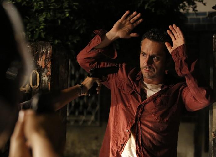 Depois de encontrar documentos, Romero fica nas mãos dos criminosos (Foto: Fábio Rocha/ Gshow)