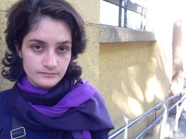 Jéssica mostra o rosto marcado após levar soco de PM (Foto: Glauco Araújo/G1)