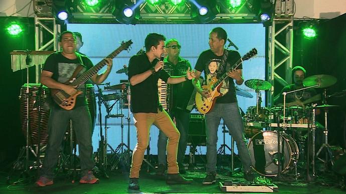 Pedro Guilherme e banda  animam o palco do Garagem Acústica (Foto: TV Sergipe)