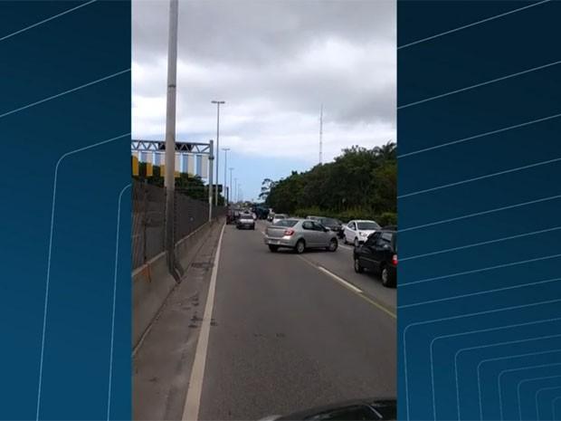 Imagem enviada ao RJTV mostra carros na contramão na Linha Amarela (Foto: Reprodução/TV Globo)