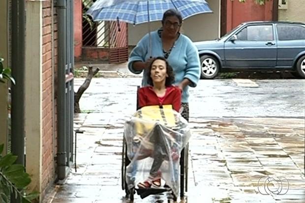 Jovem com paralisia cerebral vai se formar na UEG e escreve livro em Goianésia, Goiás (Foto: Reprodução/TV Anhanguera)