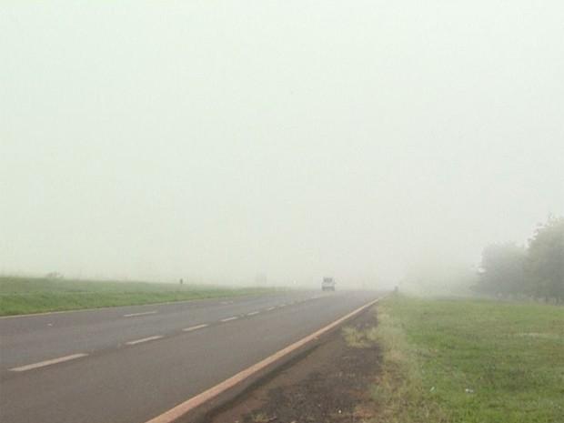 Neblina atinge Anel Viário Norte, na manhã deste sábado, em Ribeirão Preto (Foto: Reprodução EPTV)