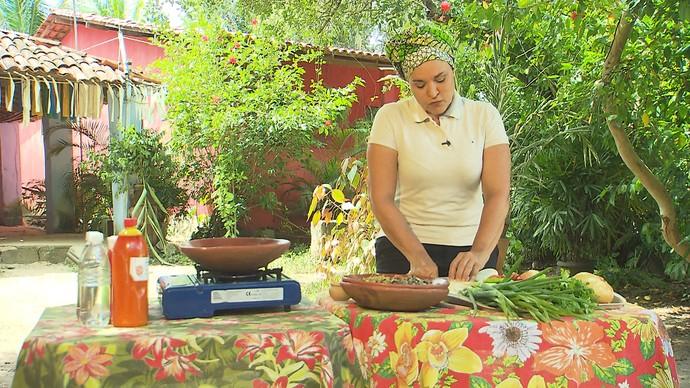 Tereza Paim prepara moqueca de marisco no especial 'Sabores do Recôncavo' (Foto: TV Bahia)