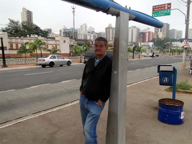 Aposentado criticou a falta de ônibus em Ribeirão Preto (Foto: Eduardo Guidini/ G1)